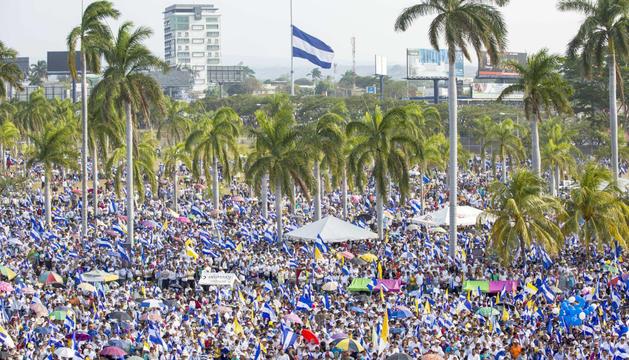 Milers de persones manifestant-se a Managua, ahir.