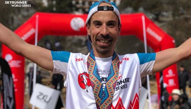 Òscar Casal, amb la medalla de guanyador a l'arribada.