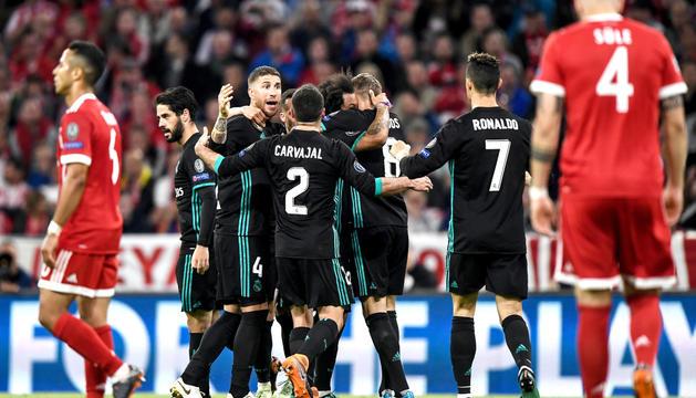 Els jugadors del Madrid, celebrant el triomf de l'anada.