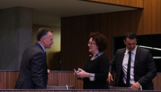 El conseller liberal Ferran Costa conversa amb la seva companya Judith Pallarés