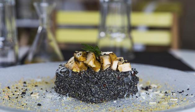 Risotto negre, quinoa i pollastre 'tandoori'