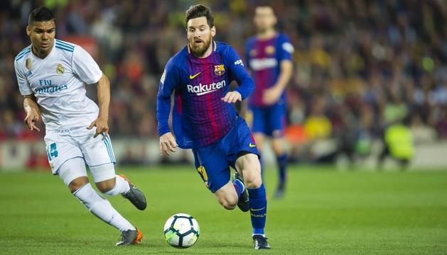 Messi controla l'esfèrica davant Casemiro, en el clàssic d'ahir al Camp Nou.