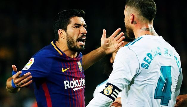 Luis Suárez i Sergio Ramos durant el matx disputat diumenge al Camp Nou.