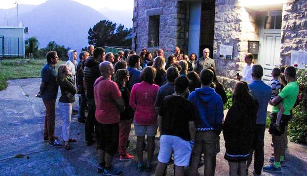 Un grup de persones a la visita nocturna al camí hidroelèctric d'Engolasters, l'estiu passat.