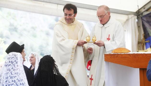 Els mossens Pepe Chisvert i Ramon Sàrries, durant una missa.