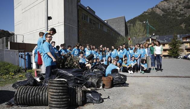 Els alumnes ordinencs mostren els residus recollits aquest matí a una zona boscosa