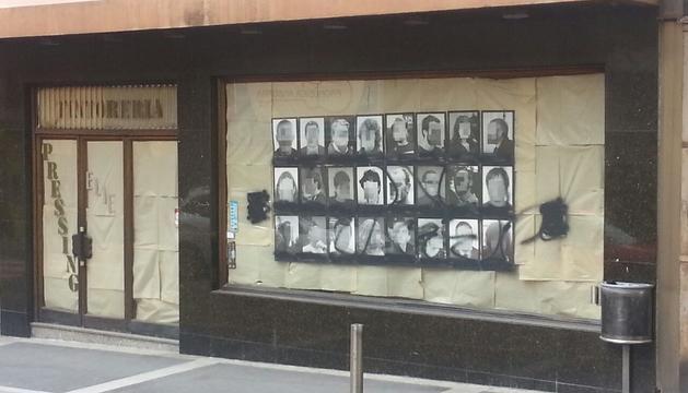 Pintada a l'aparador on se situava l'obra sobre els presos polítics.