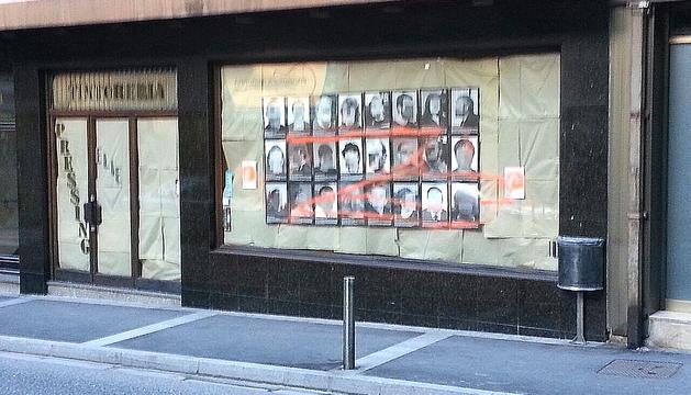 La pintada de la 'z' de 'El Zorro' a l'aparador de les fotos dels presos polítics.