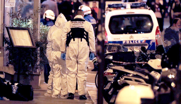 La policia científica francesa treballant sobre el lloc dels fets, dissabte a París.