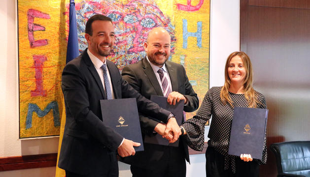 El cònsol major, Jordi Torres Arauz, el ministre d'Ordenament Territorial, Jordi Torres Falcó, i la ministra de Cultura, Olga Gelabert en la signatura del conveni