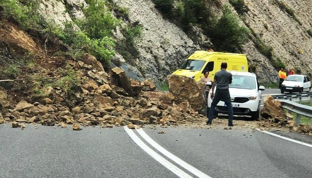 Talls a la carretera C-16 per una esllavissada de roques