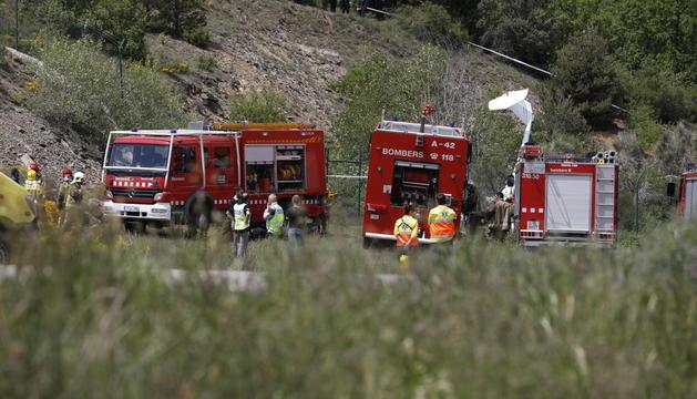 El serveis d'emergència treballen al lloc on s'ha estavellat l'ultralleuger.