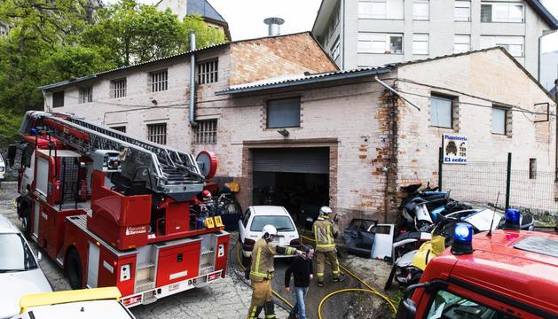 Els bombers treballant ahir a Santa Coloma.