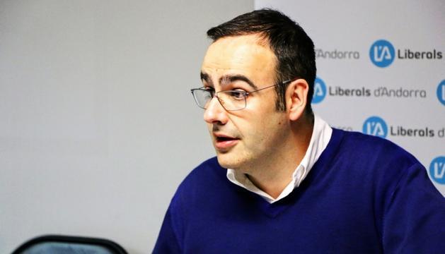 El secretari general de Liberals d'Andorra, Amadeu Rossell, atenent els mitjans.