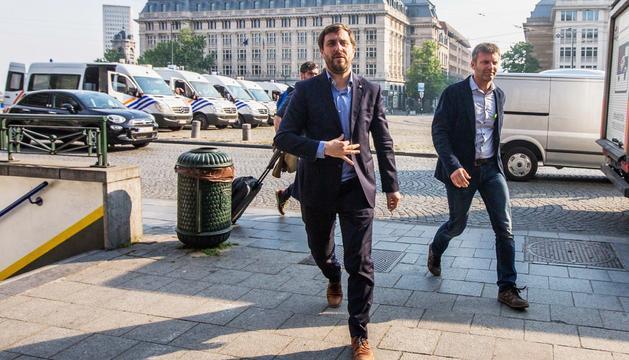 Toni Comín arribant al tribunal per comparèixer davant el jutge.
