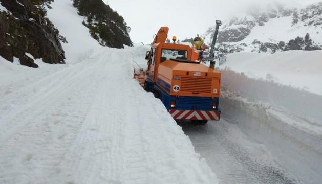 Una màquina del COEX treballant a la carretera de la Coma, ahir.