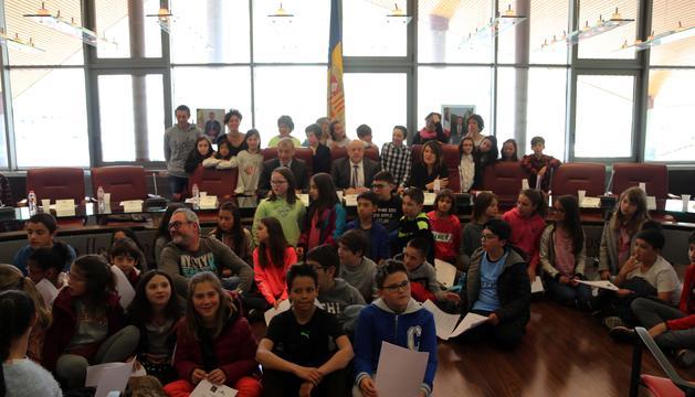 Alumnes de l'escola andorrana i francesa de Canillo amb l'equip comunal
