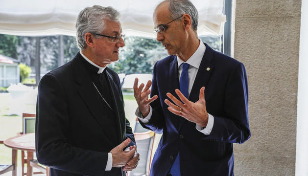 El cap de Govern i el Copríncep episcopal conversen durant l'acte organitzat per l'Empresa Familiar.