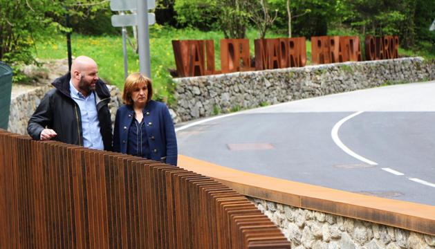 Marín i el cònsol menor, Marc Calvet, ahir al pont de la Plana.