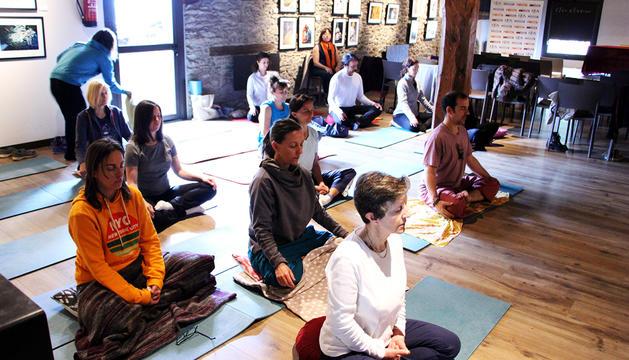 Imatge del taller de ioga d'ahir a Ordino.