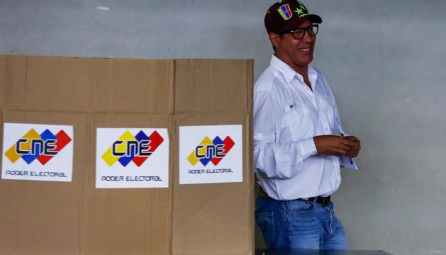 Henri Falcón, després de votar ahir al seu col·legi electoral.