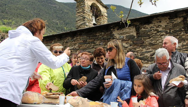 Els assistents gaudeixen de l'aperitiu en sortir de la missa.