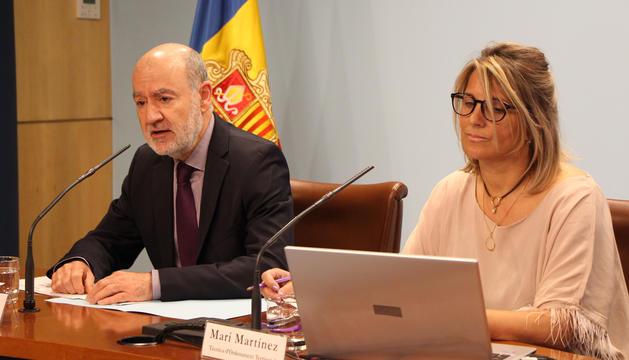 El director d'Ordenament Territorial, Manel Riera, i la tècnica del departament, Meri Martínez.