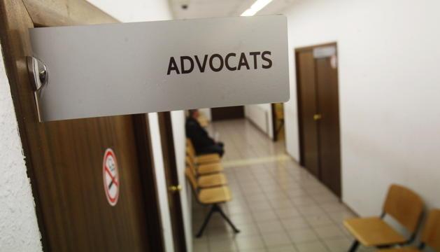 Entrada a la sala per als advocats a la seu de la justícia.