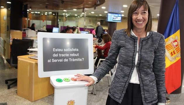 La ministra de Funció Pública i Reforma de l'Administració, Eva Descarrega, ha presentat el primer terminal 'Happy or not'.