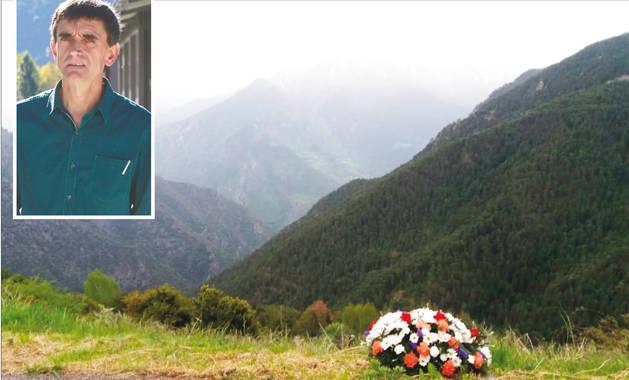 El ram de flors dipositat ahir per Ferran Pol i Koldo Álvarez al lloc on va morir tràgicament Emili Vicente.