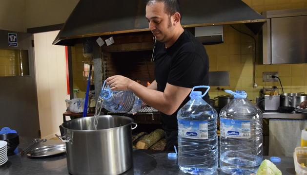 Als restaurants s'utilitzava ahir aigua embotellada per cuinar