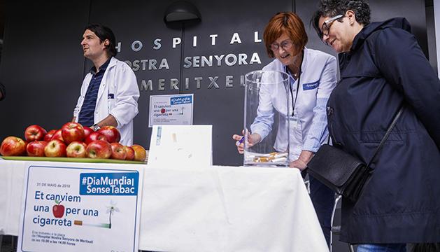 Activitat de sensibilització contra el tabac a la plaça de l'hospital