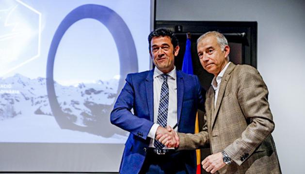 Josep Àngel Mortés i Joan Viladomat en la signatura del contracte de concessió