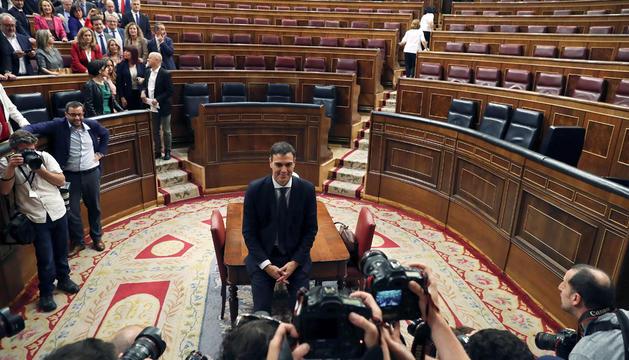 Sánchez posa per als fotògrafs després de la moció de censura