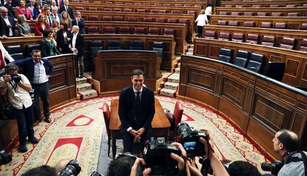 Pedro Sánchez posa per a les càmeres, ahir a l'hemicicle del Congrés.