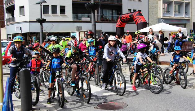 Els ciclistes, a punt per a la sortida popular.