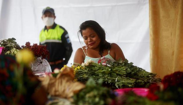 Els guatemaltecs comencen a enterrar les víctimes