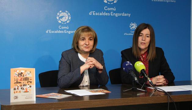 La cònsol major del comú, Trini Marín, i la cap de Cultura, Anna Garcia
