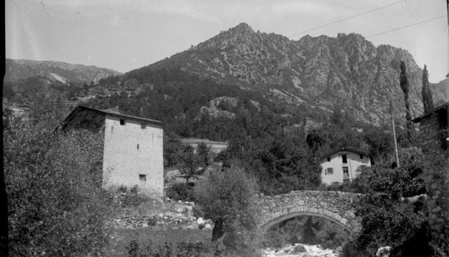 La fàbrica tèxtil d'Escaldes sobre el riu Madriu