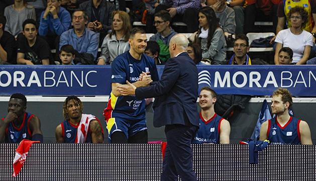 Joan Peñarroya saluda un per un els jugadors de la banqueta al classificarse pels playoffs