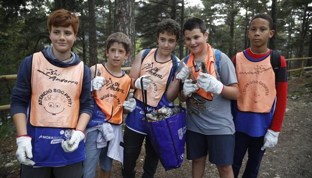 Els alumnes d'Escaldes recullen la brossa del bosc d'Engolasters