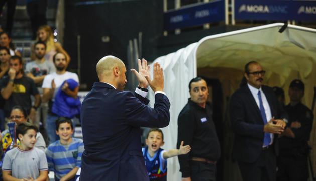 Joan Peñarroya agraeix el suport de l'afició durant un dels partits al Poliesportiu d'aquesta temporada.