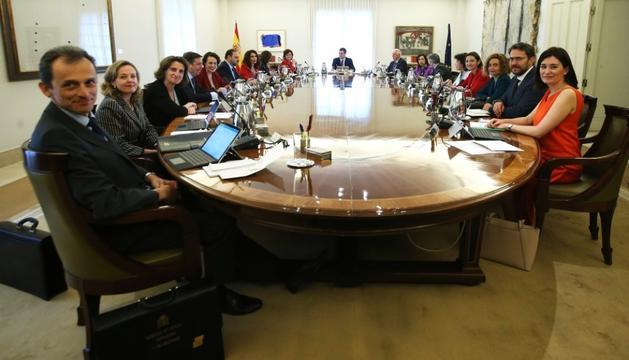 Un moment del primer consell de ministres de Pedro Sánchez, ahir.
