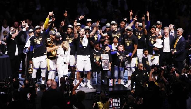 Els jugadors dels Warriors celebrant el triomf.