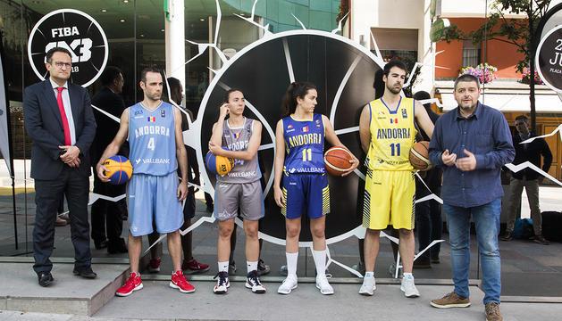 Presentació de les samarretes per a la selecció de bàsquet