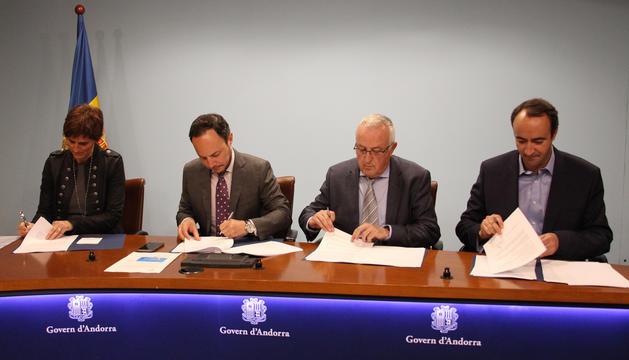 Majoral, Armengol i Baró signant el conveni d'adhesió amb el ministre Xavier Espot