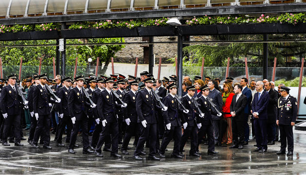 Desfilada dels membres del cos de policia avui a la plaça del Poble