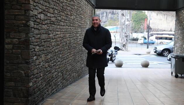 L'ex-director general de l'entitat, Joan Pau Miquel, camí de la sala on es va començar a celebrar el judici pel 'cas BPA'.