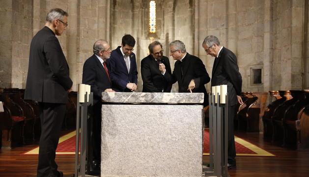 Quim Torra i el copríncep Vives, durant la visita a la catedral de la Seu d'Urgell