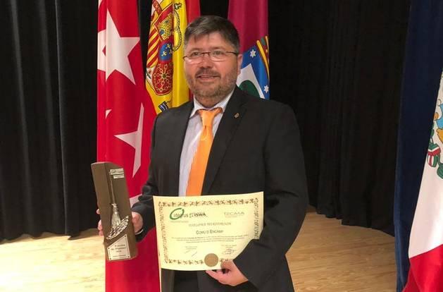 El conseller de Medi Ambient, Aleix Varela, recollint el premi